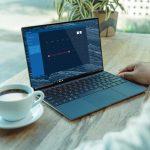 Laptop na stolu koji pokazuje da u takmičenju laptop ili desktop on pobeđuje jer zauzima manje prostora