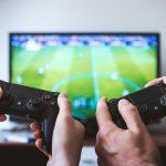 Dva igrača povezana igrom što je jedan od razloga zašto je PlayStation 5 toliko popularan kod nas